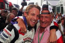 Race winnaar Jenson Button, Honda viert met vader John Button