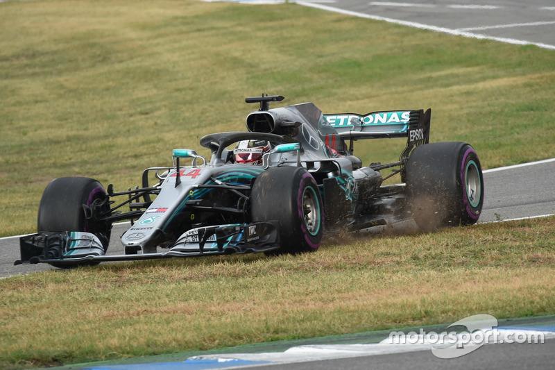 Lewis Hamilton, Mercedes-AMG F1 W09 taglia sull'erba all'ingresso della pit lane