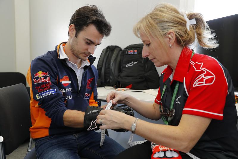 Dani Pedrosa, Repsol Honda Team, avec ses gants
