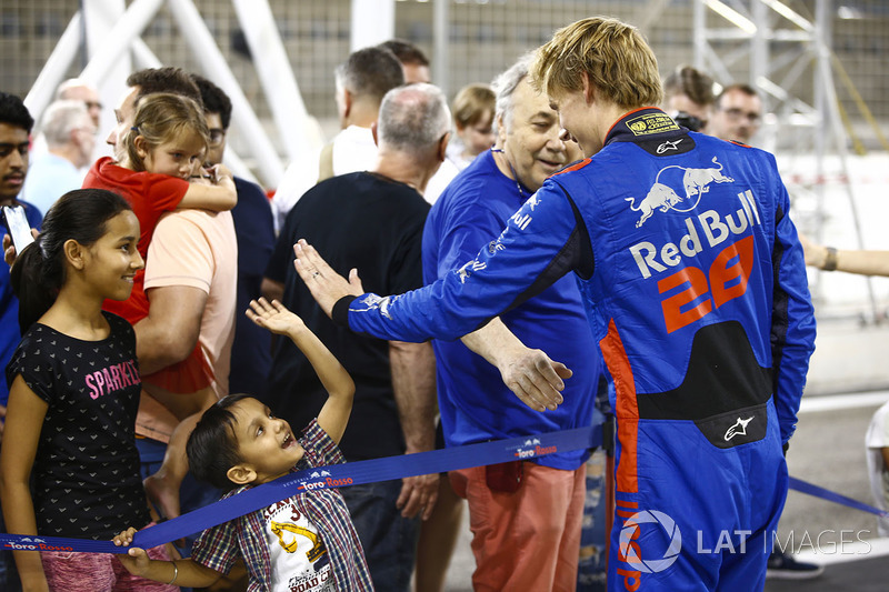 Brendon Hartley, Toro Rosso, high five's a young fan