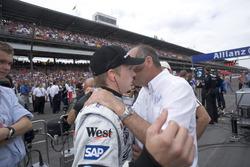 Ron Dennis, McLaren Mercedes en discussion avec Kimi Raikkonen, McLaren concernant le possible retrait des voitures Michelin