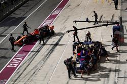 Daniil Kvyat, Scuderia Toro Rosso STR12, Stoffel Vandoorne, McLaren MCL32, in the pits