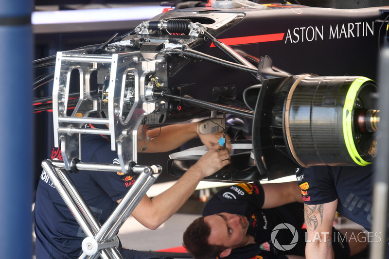 Red Bull Racing RB14, dettaglio della sospensione anteriore