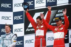 Podio: ganador de la carrera Michael Schumacher, Ferrari, segundo lugar Mika Hakkinen, McLaren, tercer lugar Eddie Irvine, Ferrari