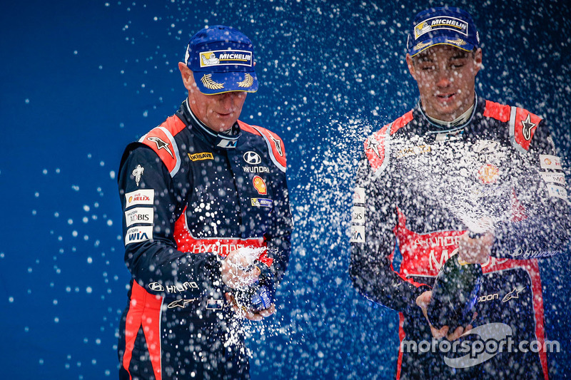 Podio: segundo lugar Hayden Paddon, John Kennard, Hyundai i20 WRC, Hyundai Motorsport