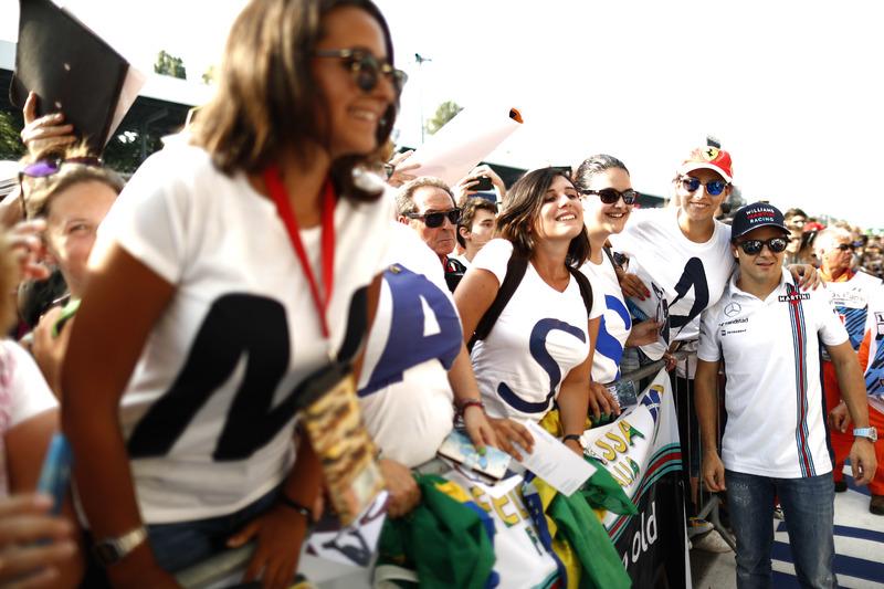 Felipe Massa, Williams Martini Racing, with some fans