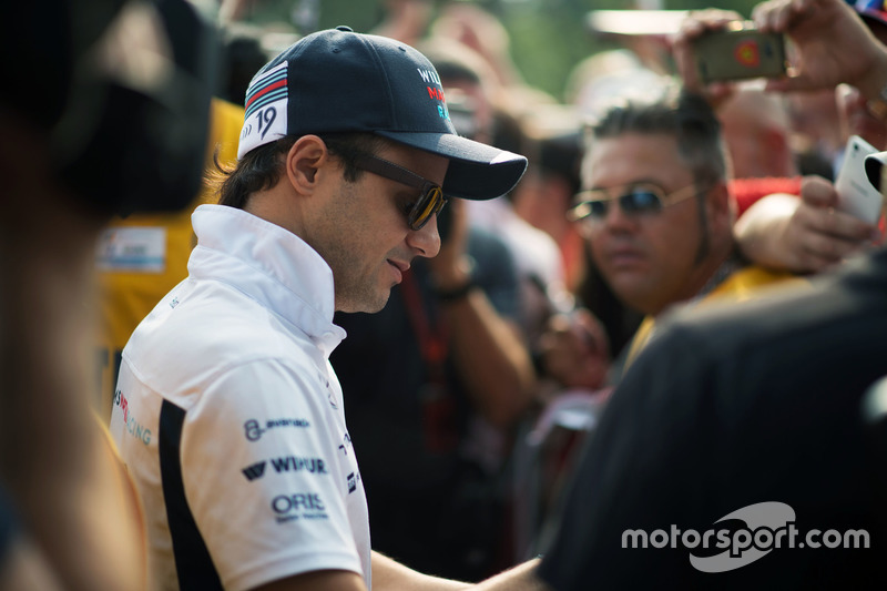 Felipe Massa, Williams firma autografi ai tifosi