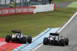 Zweikampf: Fernando Alonso, McLaren MP4-31; Sergio Perez, Sahara Force India F1 VJM09