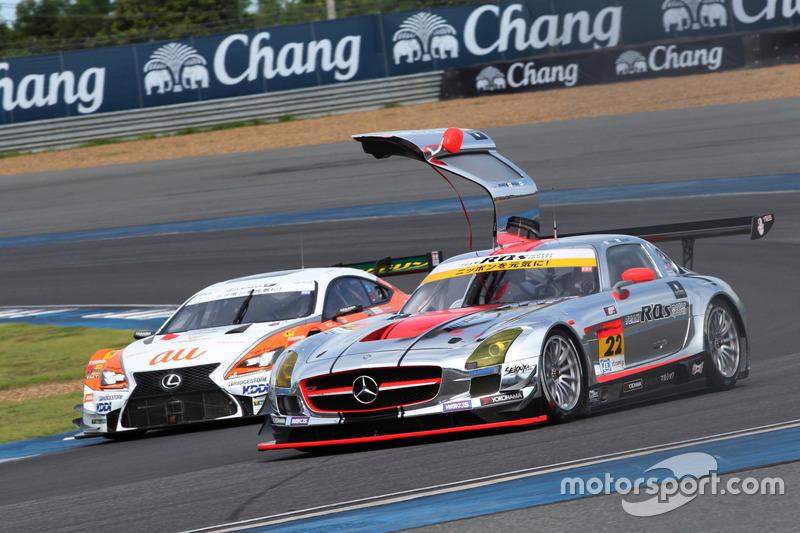 #22 アールキューズ SLS AMG GT3と#36 au TOM'S RC F