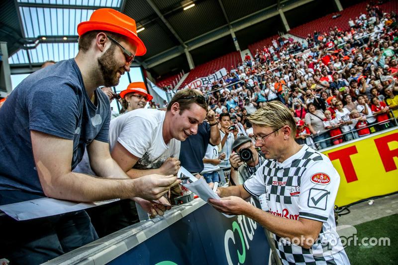 Mika Hakkinen, firma de autógrafos