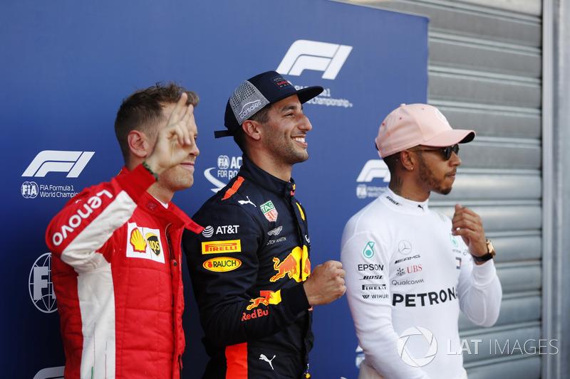 Il poleman Daniel Ricciardo, Red Bull Racing, festeggia con Sebastian Vettel, Ferrari, e Lewis Hamilton, Mercedes AMG F1