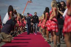 Max Verstappen, Red Bull Racing e Nico Hulkenberg, Renault Sport F1 Team nella drivers parade