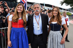 Chase Carey, CEO de Formula One Group con mujeres