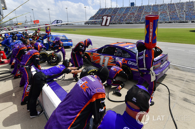 Denny Hamlin, Joe Gibbs Racing, Toyota Camry FedEx Ground, effettua un pit stop, Sunoco