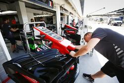 Los miembros del equipo de Haas F1 preparan un alerón delantero en boxes