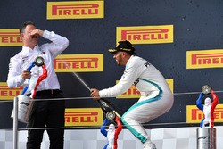 Lewis Hamilton, Mercedes-AMG F1 en Ron Meadows, Mercedes AMG F1 Team Manager op het podium met champagne