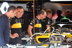 Cyril Abiteboul, Managing Director Renault Sport F1, nel garage