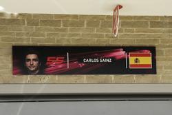 Табличка над гаражом Renault Sport F1 Team с именем Карлоса Сайнса-мл.