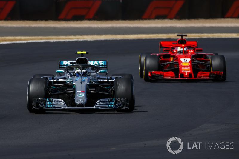 Valtteri Bottas, Mercedes AMG F1 W09, precede Sebastian Vettel, Ferrari SF71H