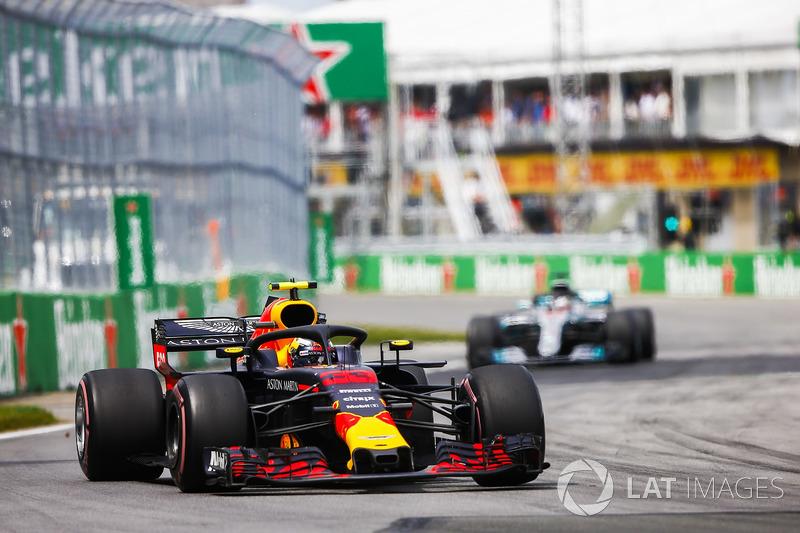 Max Verstappen, Red Bull Racing RB14, por delante de Lewis Hamilton, Mercedes AMG F1 W09
