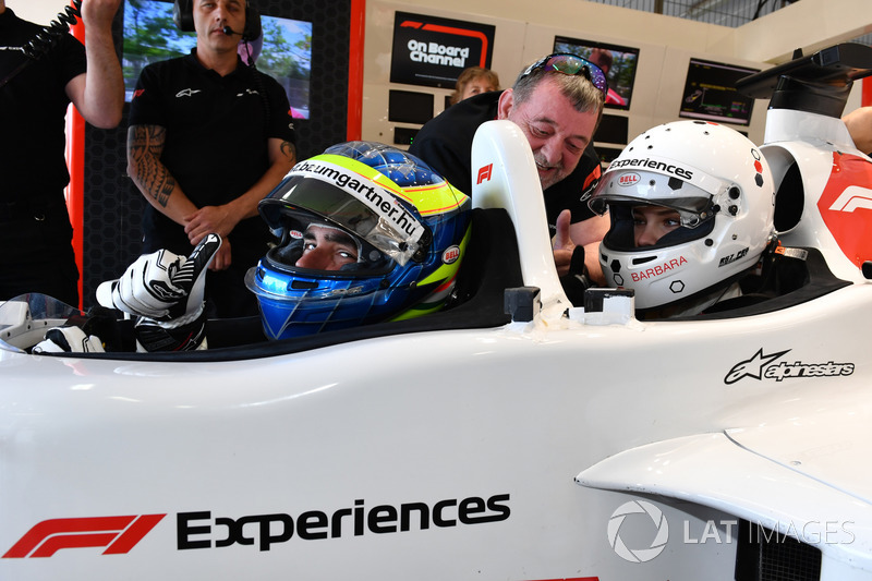 F1 Experiences: Mobil kursi ganda yang ditumpangi Barbara Palvin dengan Zsolt Baumgartner sebagai pengemudi