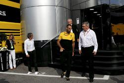 Jérôme Stoll, Director de Renault Sport F1, Alain Prost, consejero especial de Renault Sport F1 Team, Cyril Abiteboul, Managing Director de Renault Sport F1 y Ross Brawn, fórmula uno gestión de Director de deportes de motor en el motorhome de McLaren