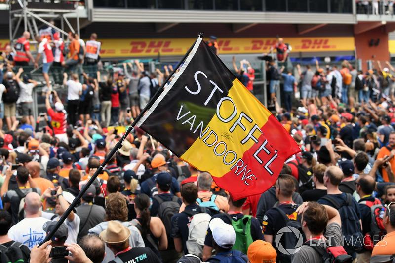 Stoffel Vandoorne, McLaren fans and flag