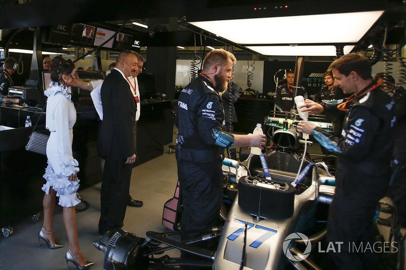 Illham Aliyev, Presidente de Azerbaiyán observa el auto de Valtteri Bottas, Mercedes AMG F1 W08 , Ross Brawn.