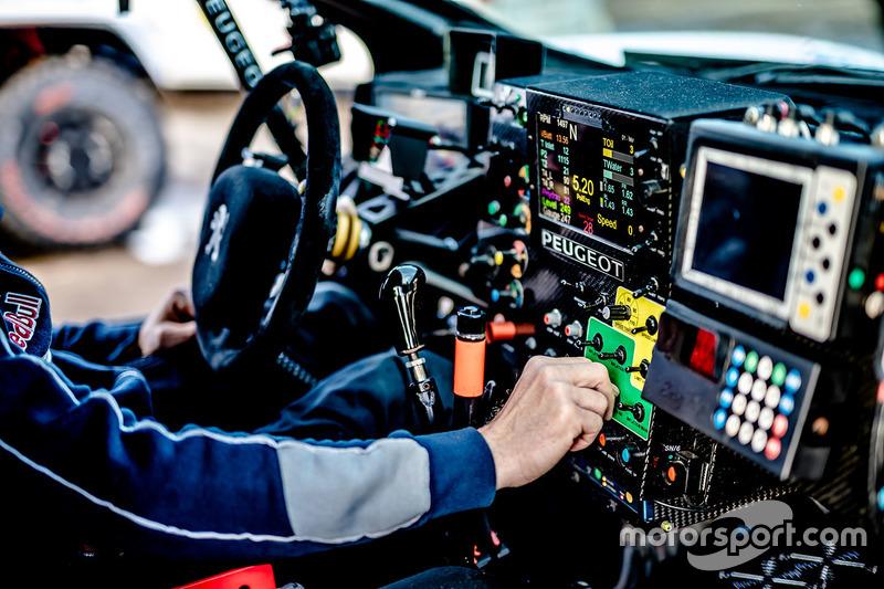 Peugeot 3008 DKR detalle de cabina