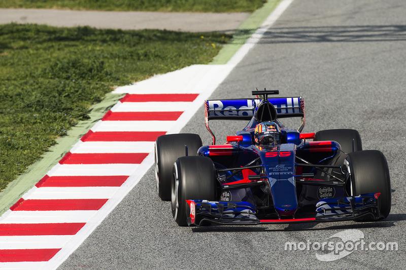 На прошлогодних тестах Toro Rosso наматывала первые километры с мотором Renault, который пришел на смену Ferrari, и в новой яркой ливрее...