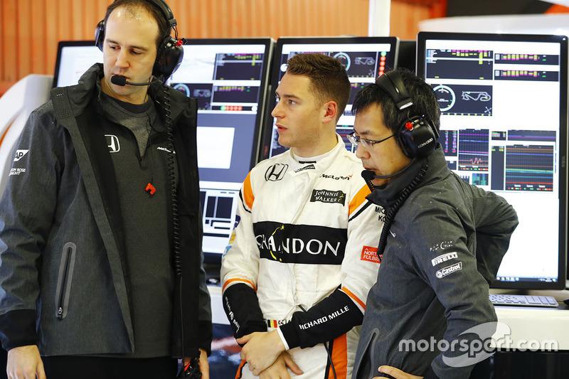 Stoffel Vandoorne, McLaren, habla a los ingenieros