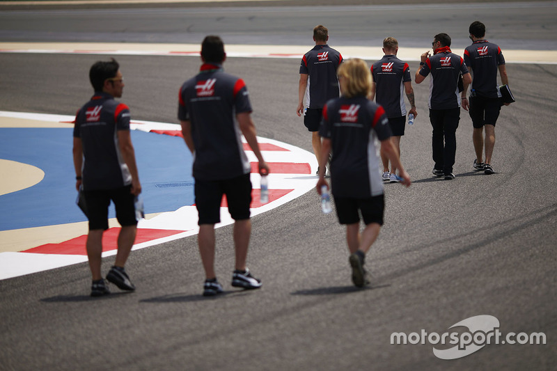 Kevin Magnussen, Haas F1 Team walks the track with the team