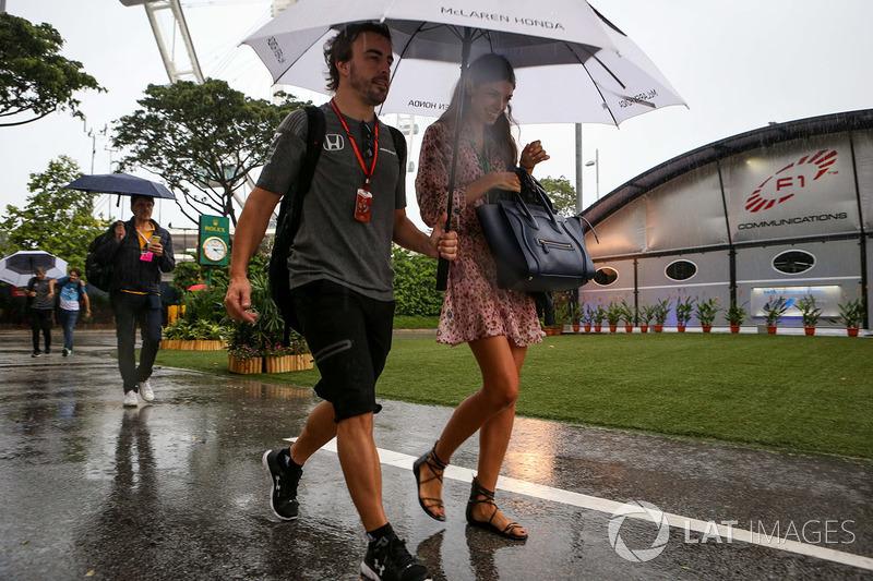 Фернандо Алонсо, McLaren, зі своєю дівчиною Ліндою Морселлі