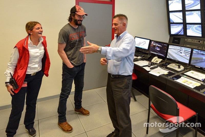 Keanu Reeves visita sala de controle de Mugello