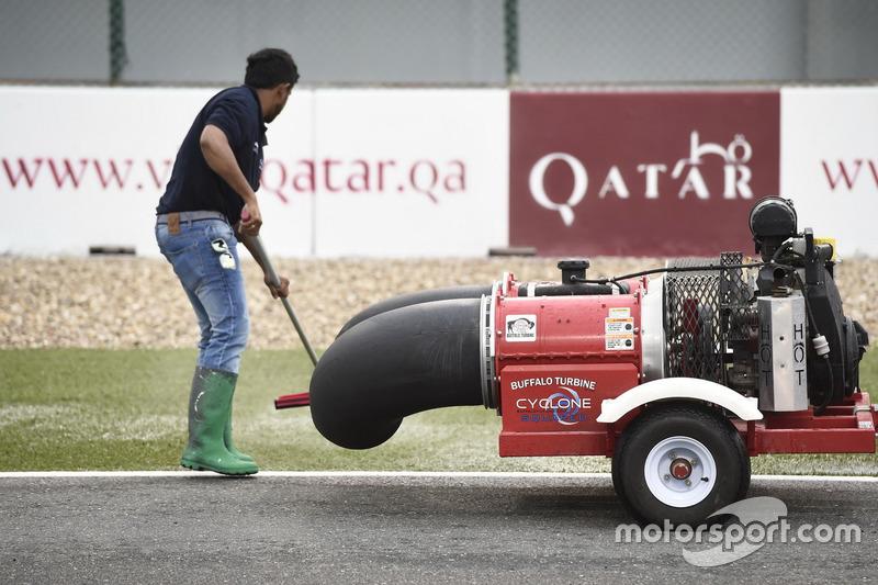 Работник автодрома чистят трассу