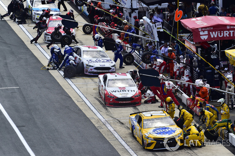 Boxenstopps: Kyle Busch, Joe Gibbs Racing; Toyota, Brad Keselowski, Team Penske, Ford; Trevor Bayne, Roush Fenway Racing, Ford#