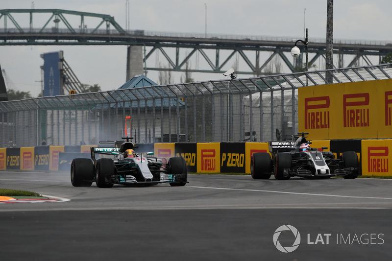 Lewis Hamilton, Mercedes AMG F1 W08; Romain Grosjean, Haas F1 Team VF-17