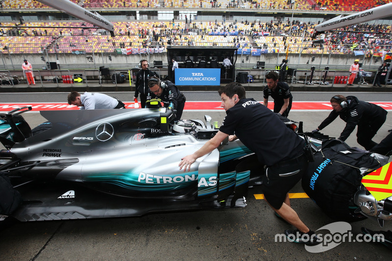 Valtteri Bottas, Mercedes AMG F1 W08, is returned to the garage by his team
