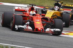 Себастьян Феттель, Ferrari SF70H, и Нико Хюлькенберг, Renault Sport F1 RS17