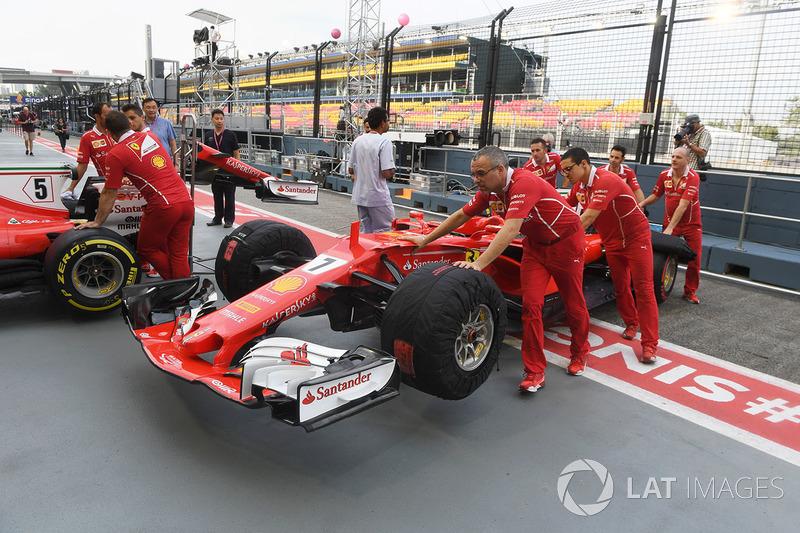 Ferrari-Mechaniker und Ferrari SF70H