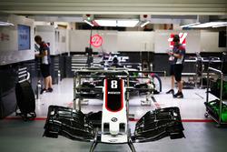 La voiture de Romain Grosjean, Haas F1 Team VF-17, en préparation dans le garage