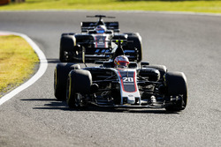Kevin Magnussen, Haas F1 Team VF-17, Romain Grosjean, Haas F1 Team VF-17