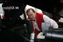 Roger Moore neben Tom Kristensen Auto