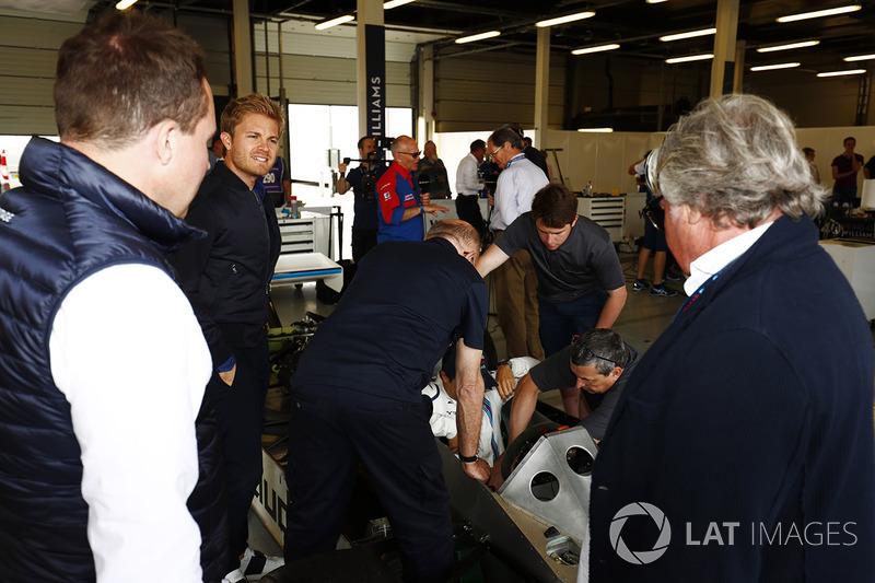 Nico Rosberg y Keke Rosberg miran a Felipe Massa, en el seis ruedas Williams FW08