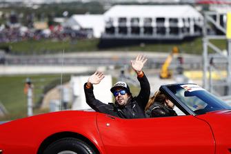 Fernando Alonso, McLaren, saluta i tifosi