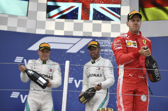 Sebastian Vettel, Ferrari, Lewis Hamilton, Mercedes AMG F1 et Valtteri Bottas, Mercedes AMG F1 avec du champagne sur le podium