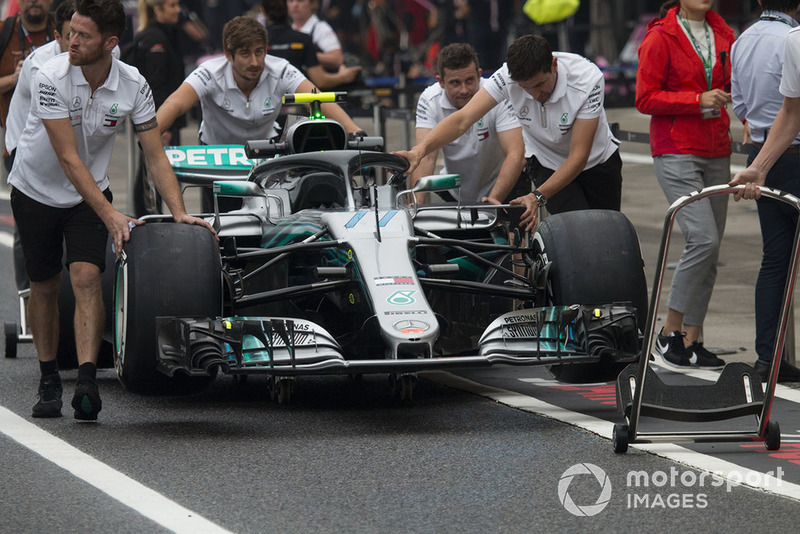 Les mécaniciens Mercedes AMG F1 avec la Mercedes-AMG F1 W09