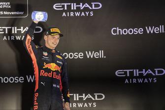 Max Verstappen, Red Bull Racing, festeggia sul podio con il trofeo