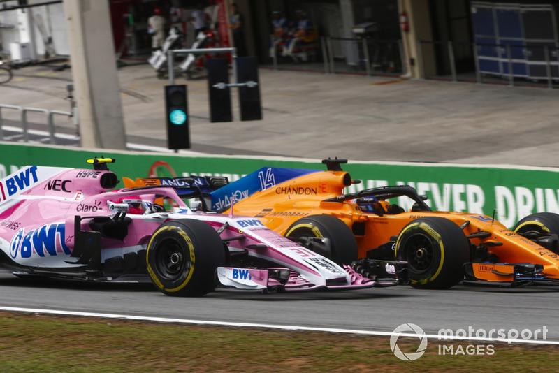 Fernando Alonso, McLaren MCL33, pasa a Esteban Ocon, Force India VJM11.