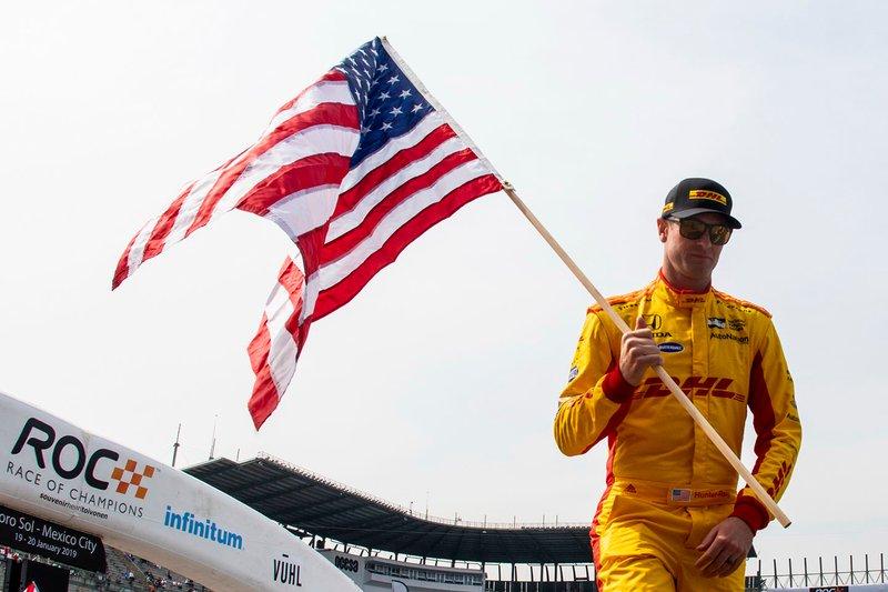 Райан Хантер-Рей тримає прапор США